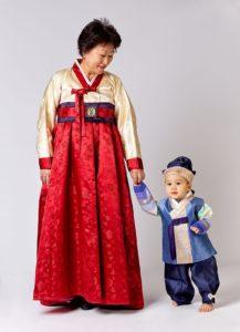 Svetlana Kim mit ihrem Enkel in koreanischer Tracht.