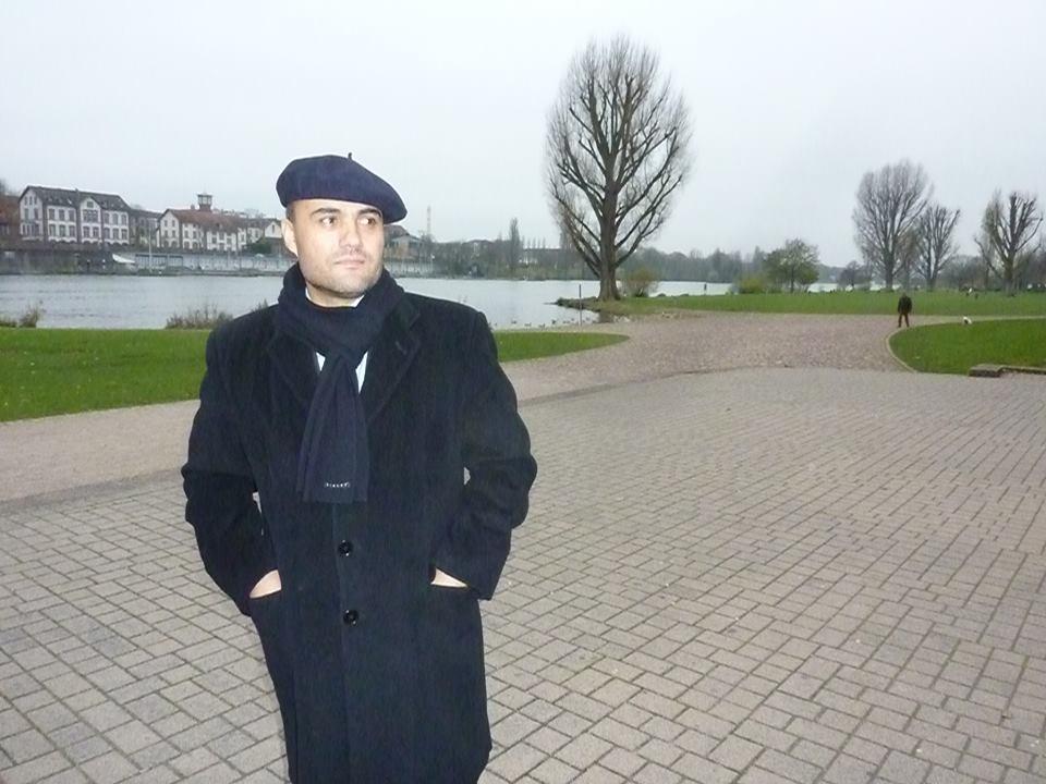 Der russische Anwalt mit tadschikischer Herkunft Izzat Aman am Ufer des Neckar in Heidelberg (Deutschland).