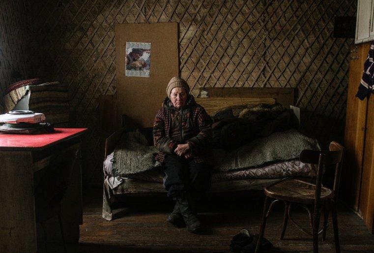 Frau in ihrer ärmlichen Behausung im nordkasachischen Ekibastus