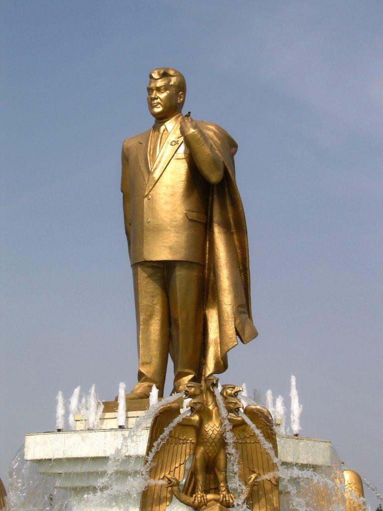 Eine Statue des ersten turkmenischen Präsidenten Saparmurat Nijasow.
