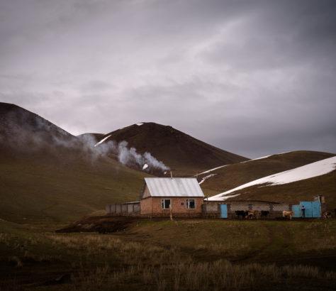 Kirgistan Berge Dorf am morgen