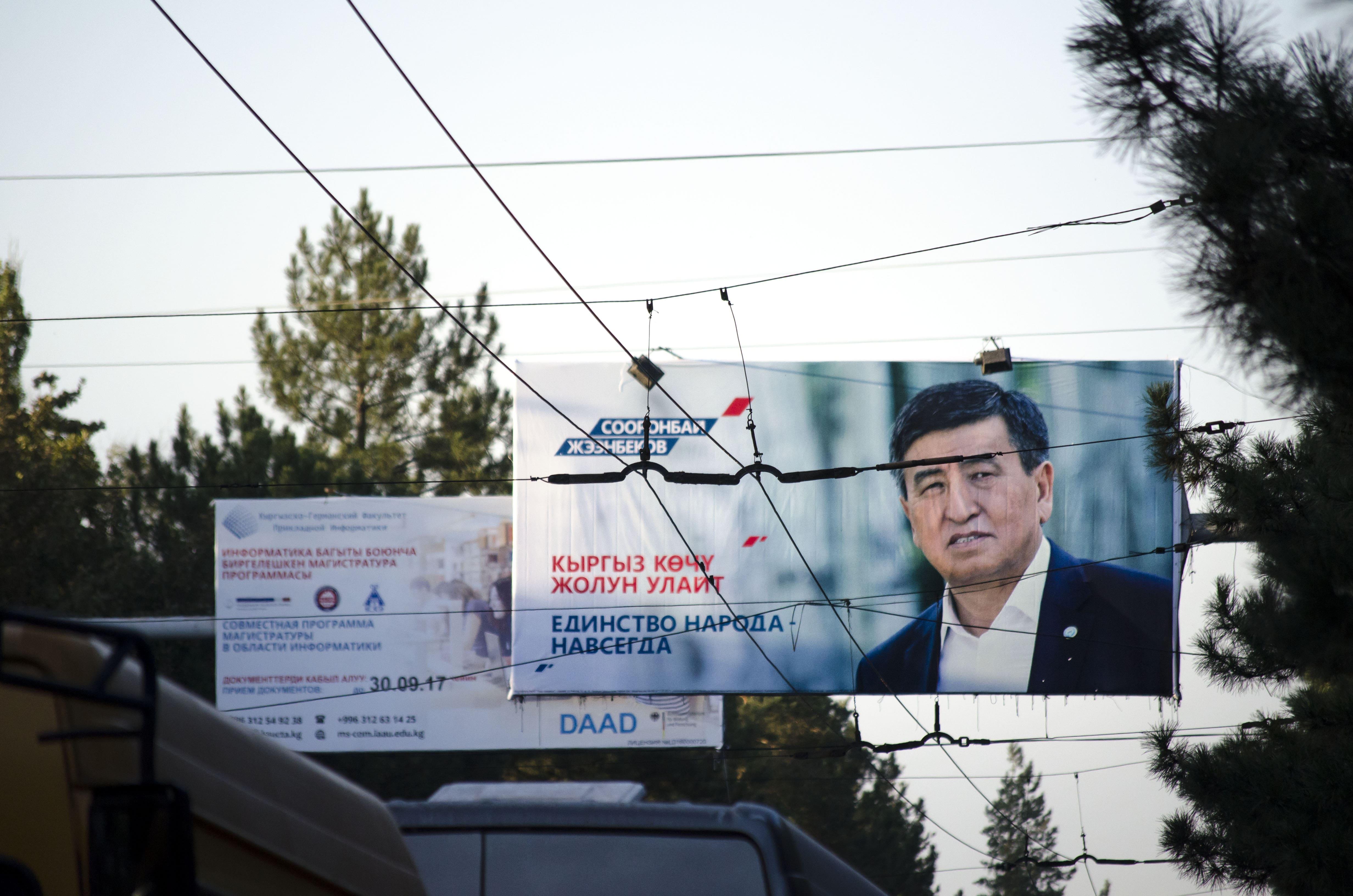 Sooronbaj Dscheenbekow über den Oberleitungen der Busse Bischkeks