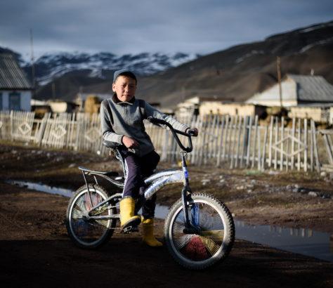 Nurlan nach dem Fußball in Koschomkul Kirgistan Dorf Sport