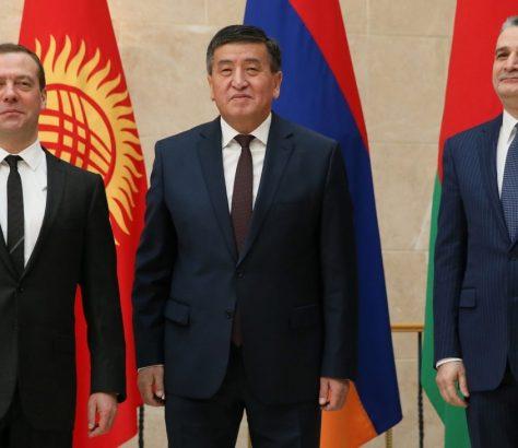Dmitrij Medwedjew Sooronbaj Dscheenbekow und Tigran Sargsyan Eurasischer Regierungsgipfel Premierminister Russland Kirgistan Armenien