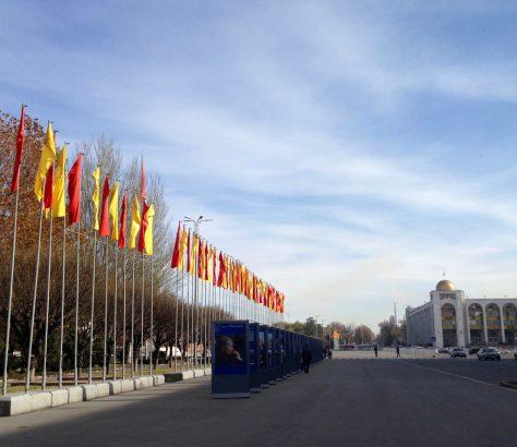 Flaggen Bischkek Amtsübergabe tambajew und Dscheenbekow