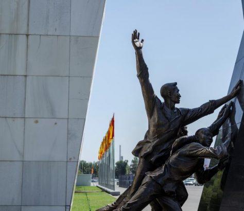 Kirgistan Bischkek Denkmal Statue Revolutions 2005 2010