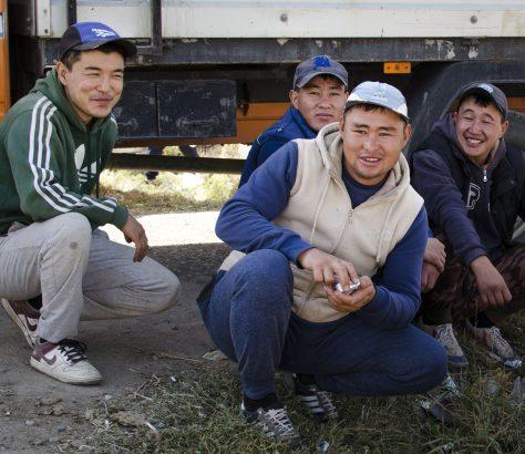 Kirgistan Braüche Russenhocke