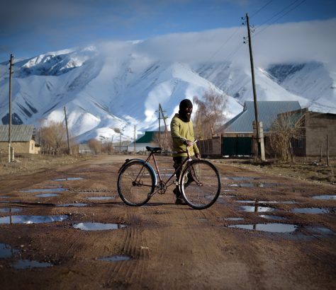 Junge Fahrrad Kirgistan Berge