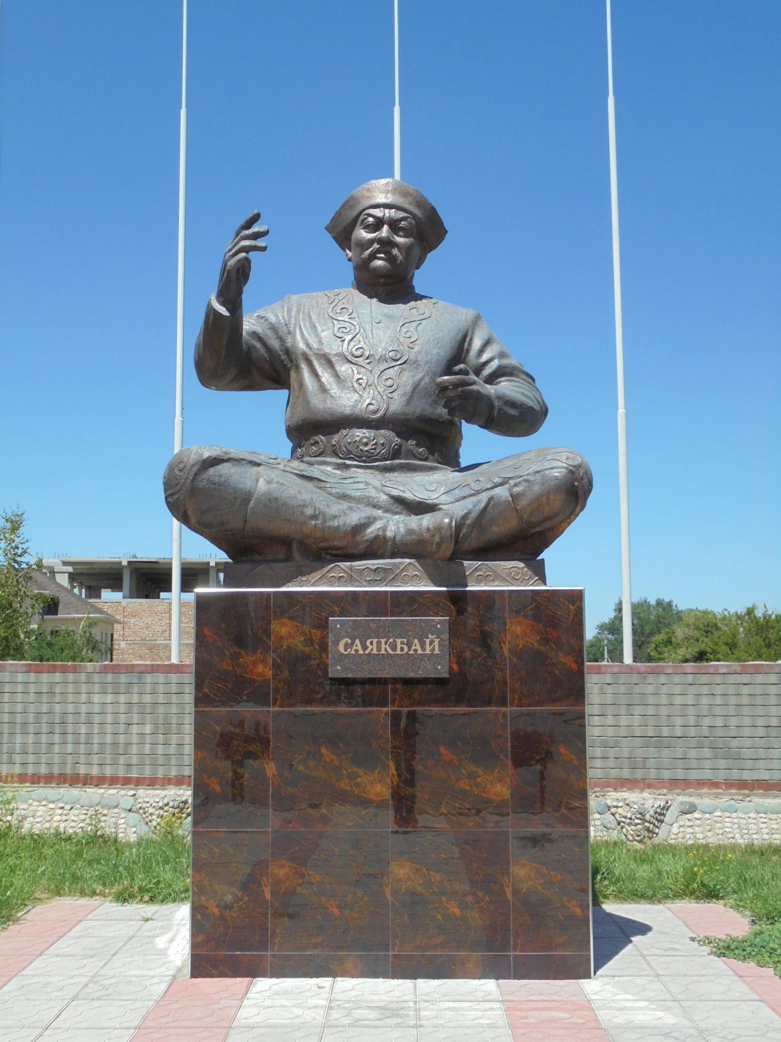 Eine Statue von Sayakbai in Manas Ayil
