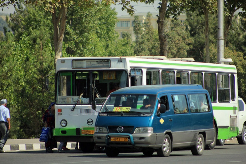 Eine Marschrutka und ein Bus in Duschanbe, Tadschikistan