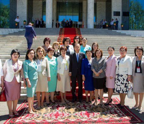 Frauen Abgeordnete vor dem Parlament von Kirgistan