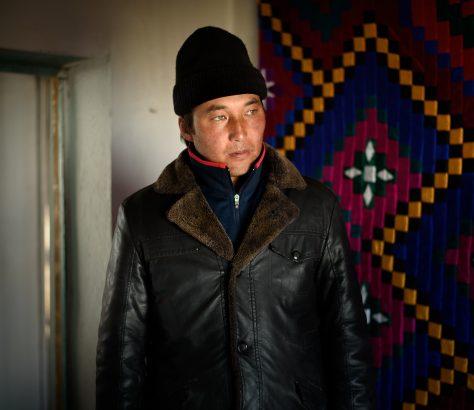 Nurlan schaut auf seine Pferde in Kirgistan
