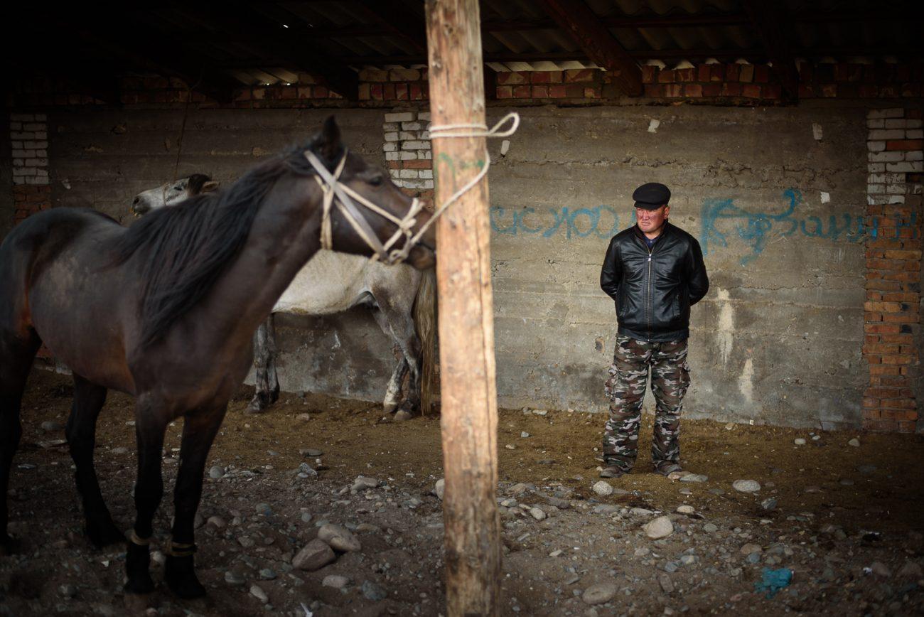 Ein Verkäufer auf dem Viehmarkt von Naryn in Kirgistan