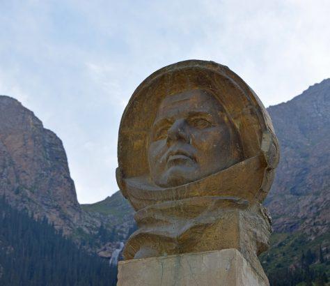 Kirgistan Juriy Gagarin Statue Barskoon