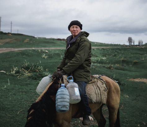 Kirgistan Pferd Reiter Wasser Portrait
