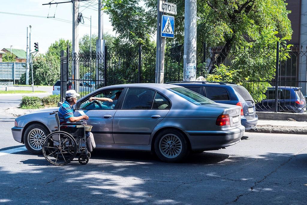 Mann sitz in Rollstuhl behtelt