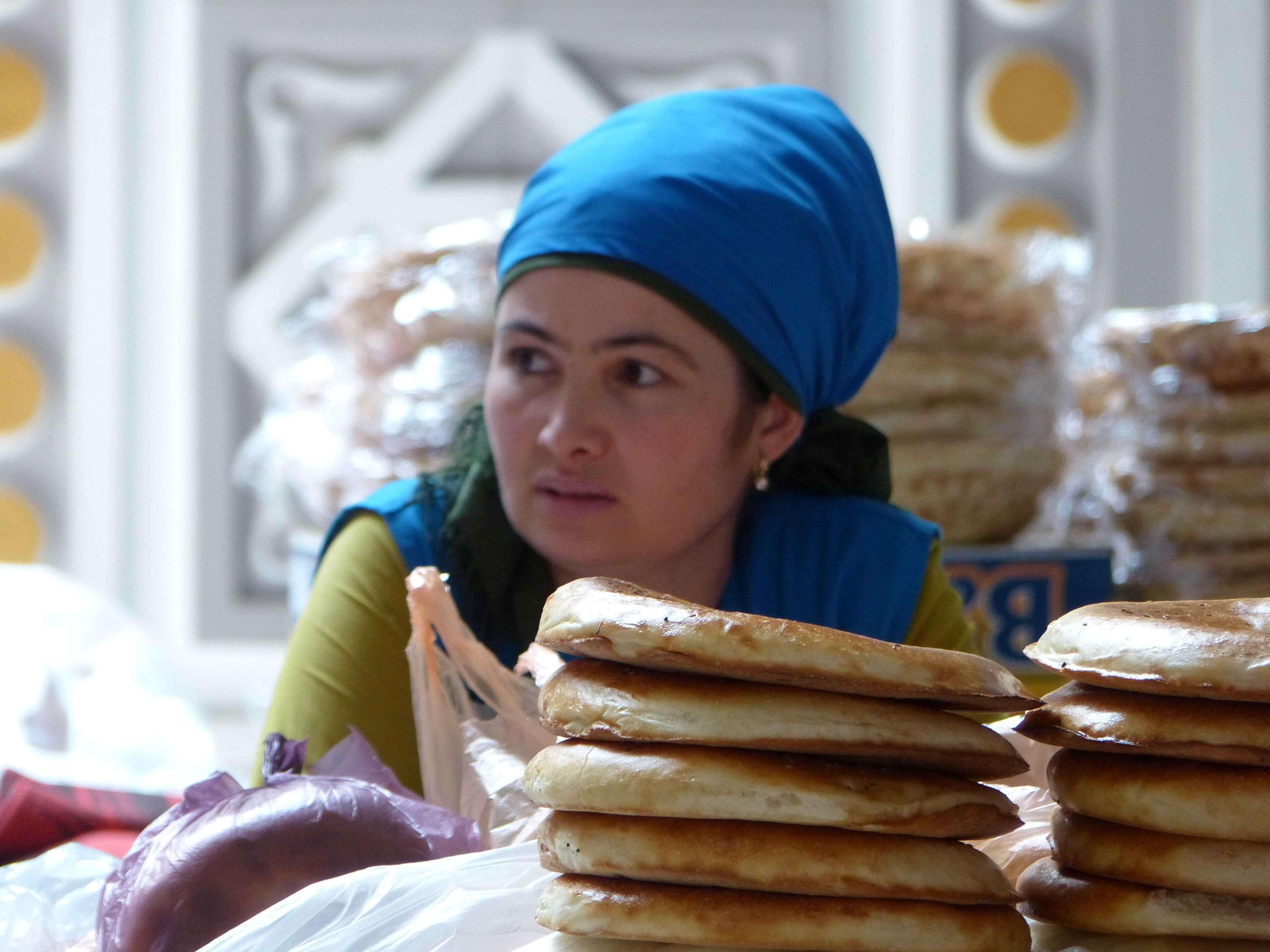 Eine Verkäuferin auf dem großen Bazaar in Duschanbe hinter ihren Waren.