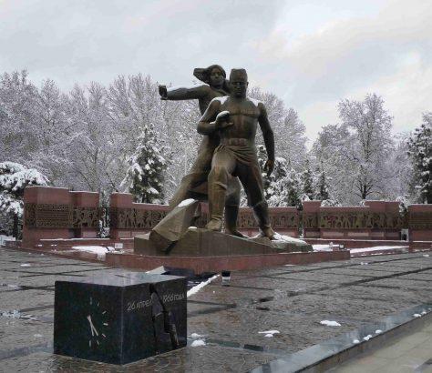 Das Denkmal welches an das Erdbeben in Tashkent 1966 erinnert, im Schnee bedeckt.
