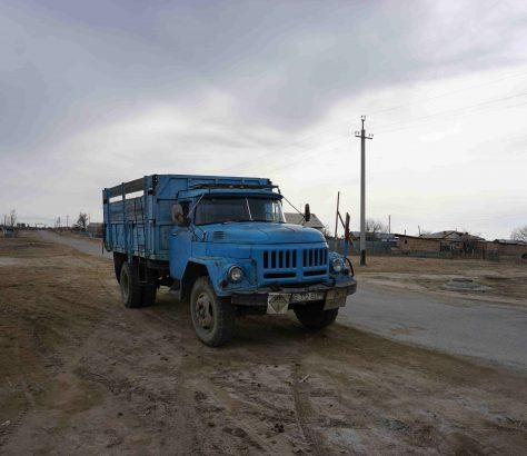 Ein SIL am Straßenrand in Kasachstan