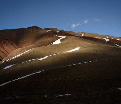 Einige Gipfel vom Song Kul entfernt zeigen sich die Vorboten des Frühlings.