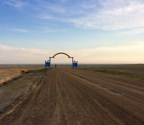Ein Tor in der kasachischen Steppe