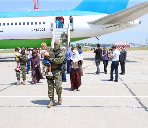 Der gecharterte Flugzeug auf dem Flughafen von Taschkent