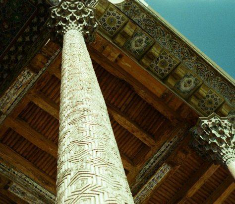 Kunstvoll geschnitzte Säulen in Buchara