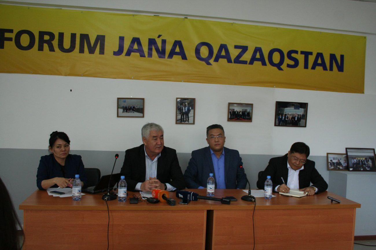"""Politiker des Forums """"Neues Kasachstan"""" auf einer Pressekonferenz"""