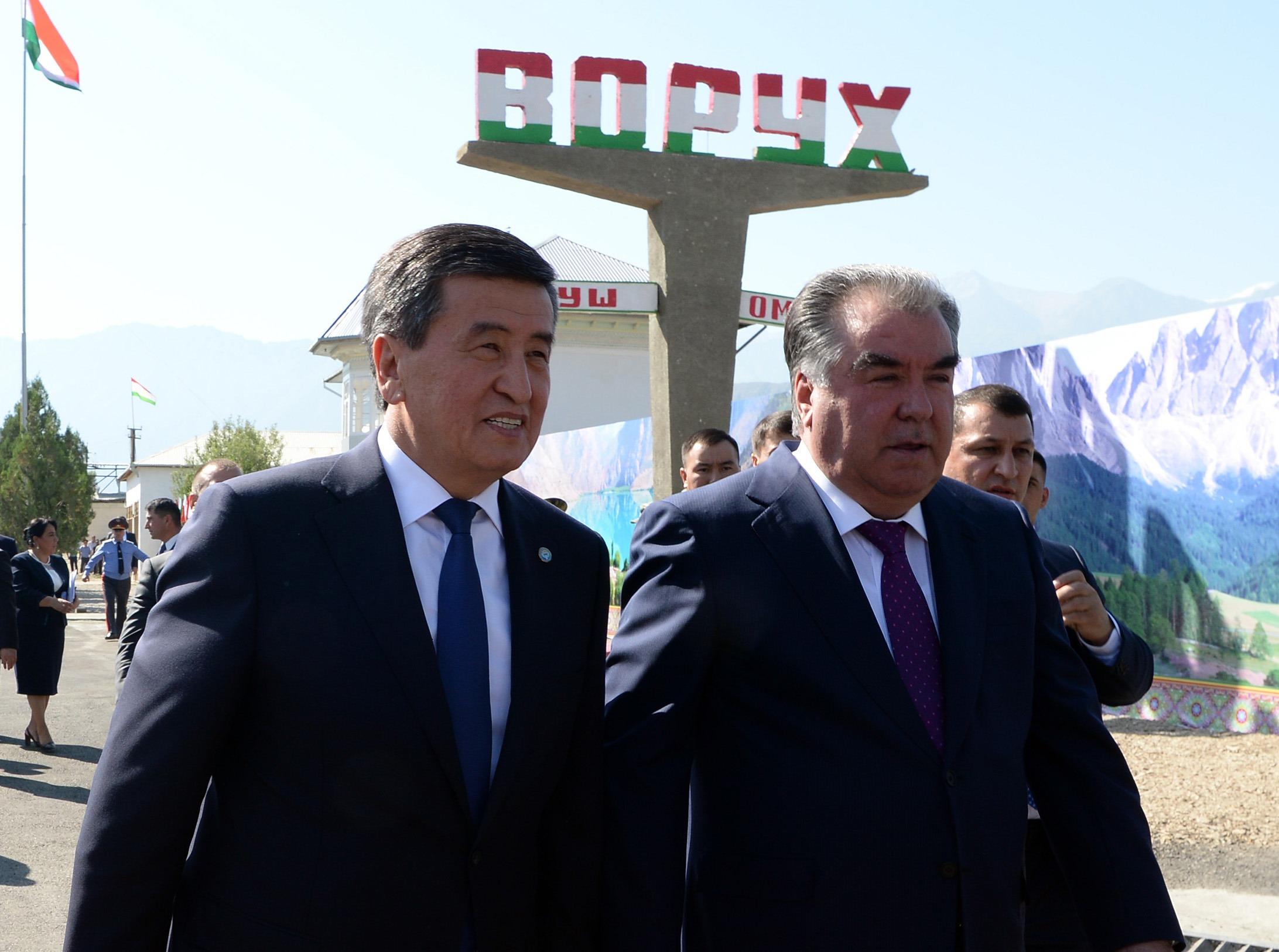 Die Präsidenten Kirgistans und Tadschikistans, Sooronbaj Dscheenbekow und Emomali Rahmon bei Gesprächen in der Enklave Woruch