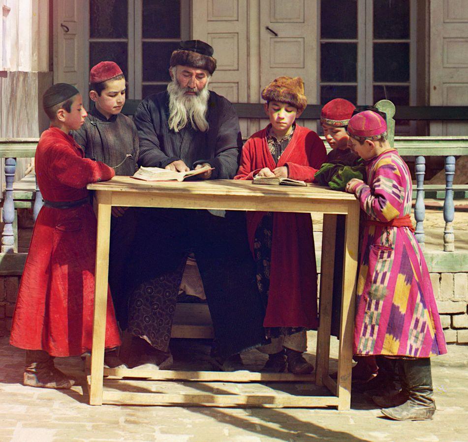 Jüdische Kinder mit ihrem Lehrer (Samarkand, um 1910)