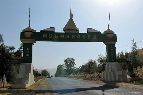 Ein Tor mit der Aufschrift Muminobod
