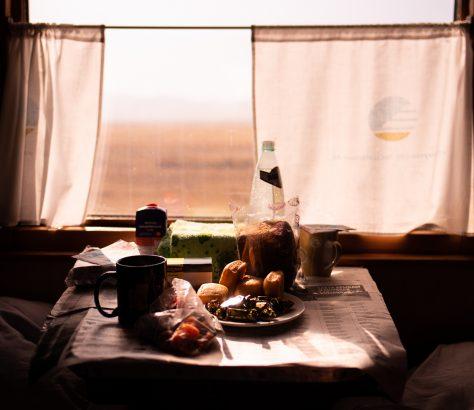 Gedeckter Tisch einer Zugreise