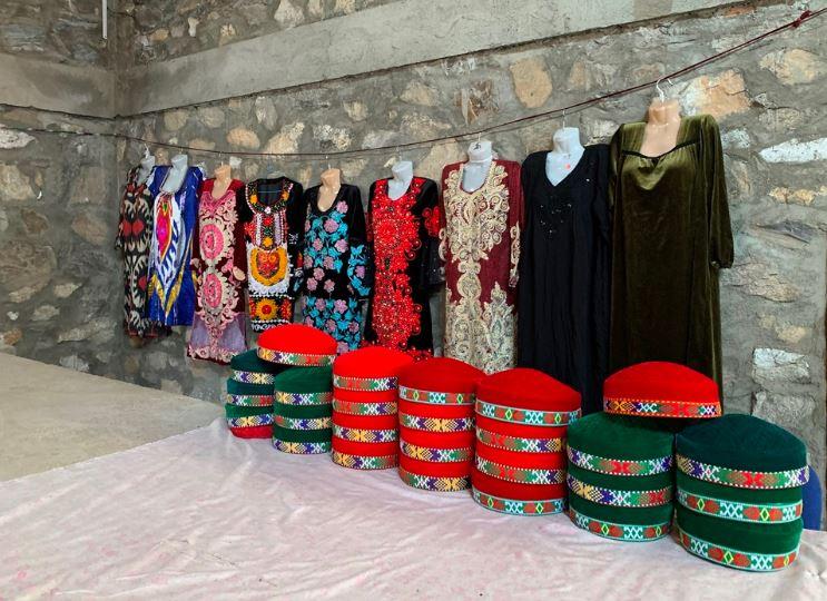 Traditionelle tadschikische Kleidung auf dem Markt von Chorugh