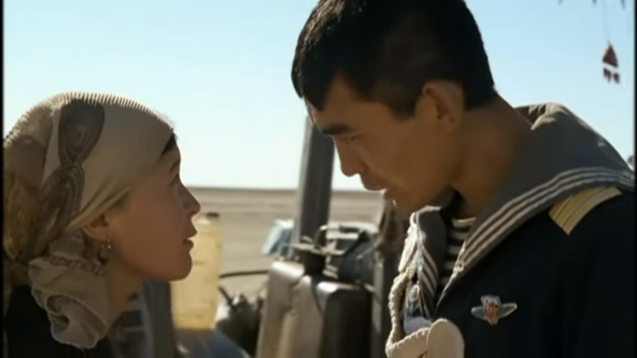 Ein Seemann und eine Hirtin stehen sih gegenüber (Szene aus dem Film)