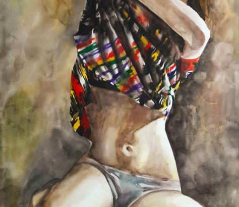 Bild einer jungen Frau, die sich traditionelle tadschikische Kleidung auszieht