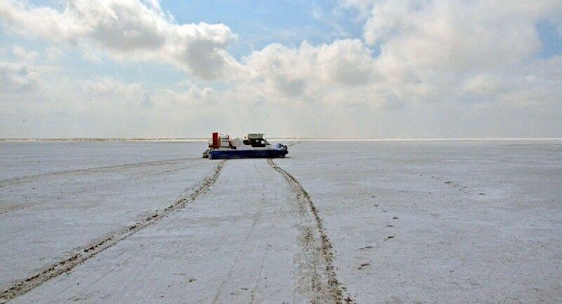 Ein Schiff auf dem ausgetrockneten Boden des Kaspischen Meeres