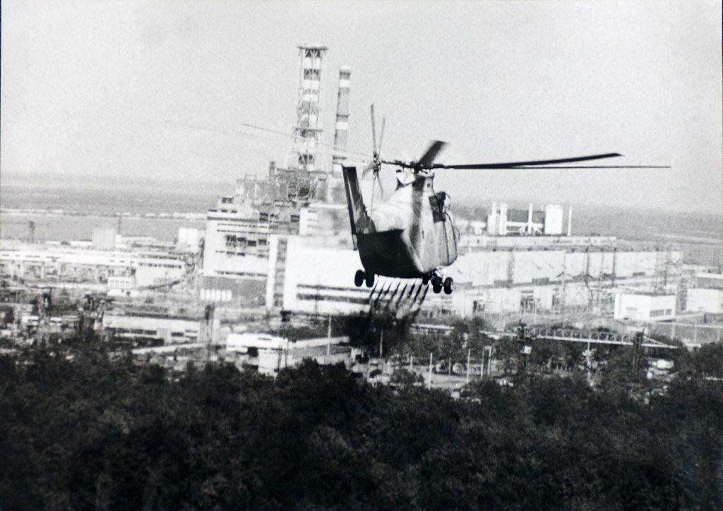 Von einem Hubschrauber aus wird die Gegend um den explodierten Reaktor in Tschernobyl 1986 dekontaminiert. Archivfoto der Ukrainischen Gesellschaft für Freundschaft und Kulturbeziehungen mit anderen Staaten (USFCRFC).