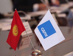 Fahnen der Republik Kirgistan und der Sozialdemokratischen Partei des Landes