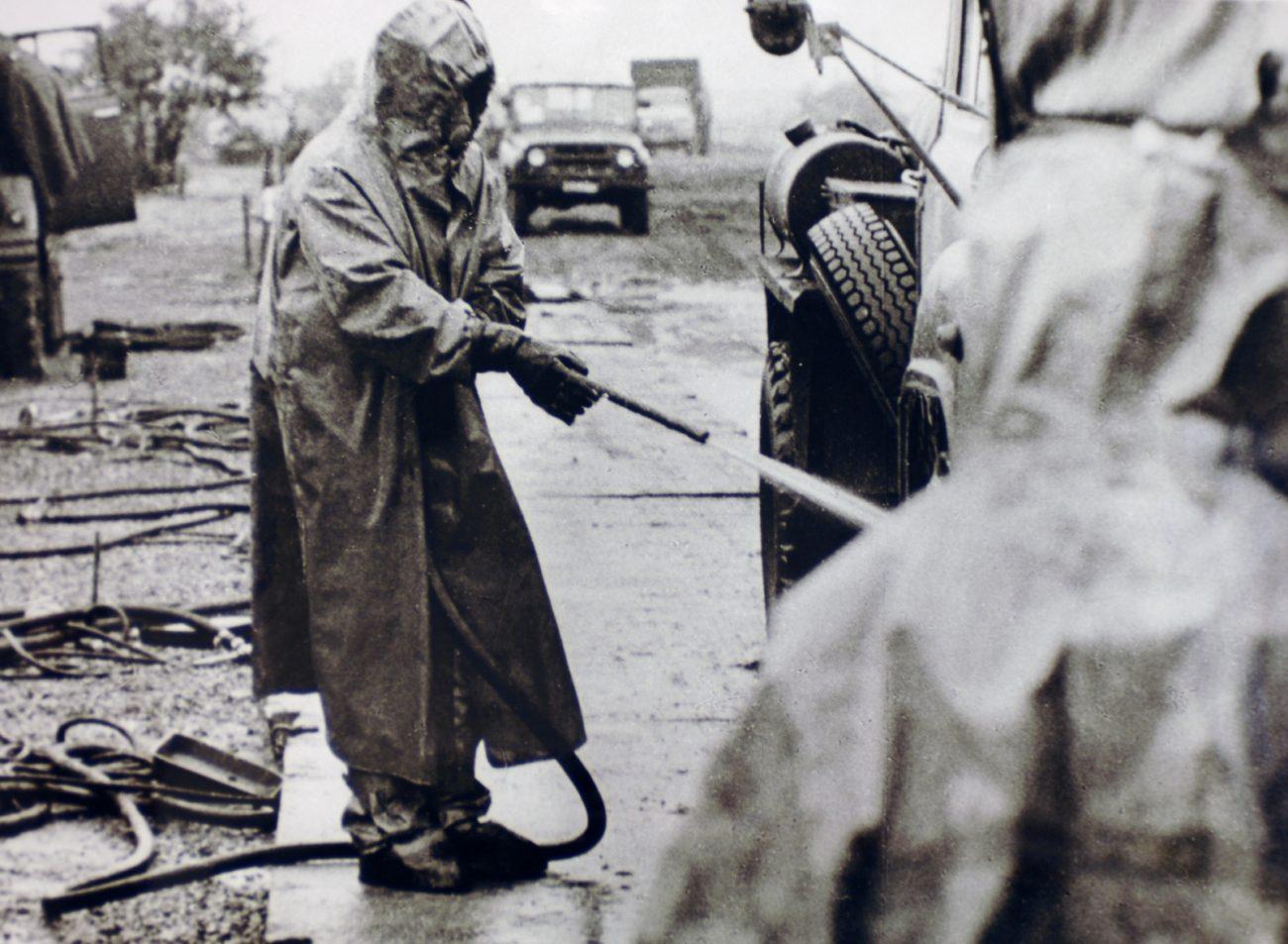 Liquidatoren bei der Dekonterminierung in Tschernobyl nach der Reaktor-Katastrophe: Die Menschen wurden vom Militär mobilisiert. Historisches Bild der Ukrainischen Gesellschaft für Freundschaft und Kulturbeziehungen mit anderen Staaten (USFCRFC).