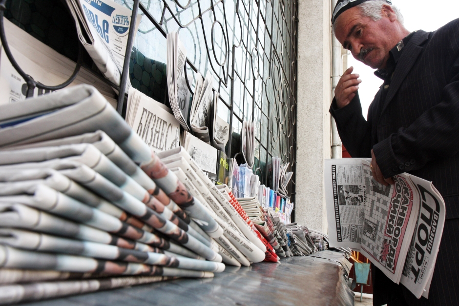 alter Mann am Zeitungsstand