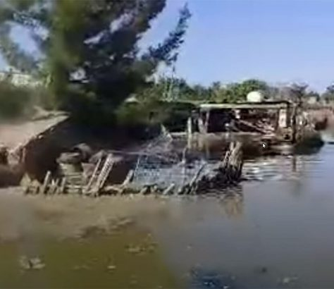 zerstörte Häuser in Wassermassen