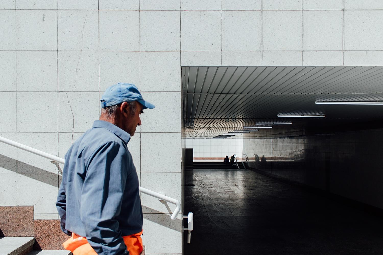 ein alter Mann in einer Unterführung