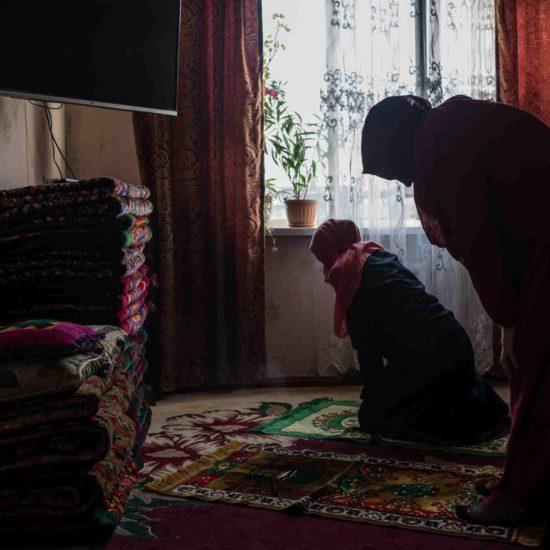 Mutter und Tochter beim Gebet