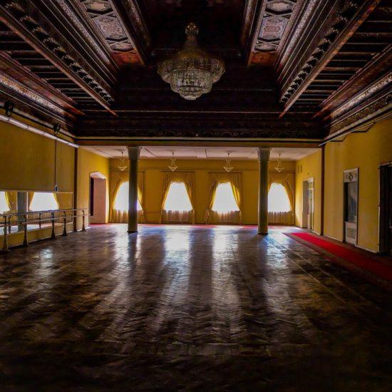 Details der beeidnruckenden Wände des Kamol Khujandi Theaters in Chudschand.