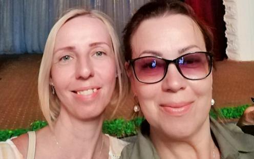 Tatjana und Natalja im Taboscharer Kulturhaus. Foto aus dem Privatarchiv der Freundinnen