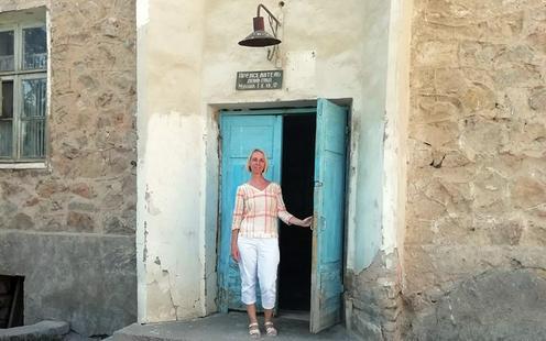 Tatjana vor dem Haus ihrer Großmutter. Foto aus dem Privatarchiv