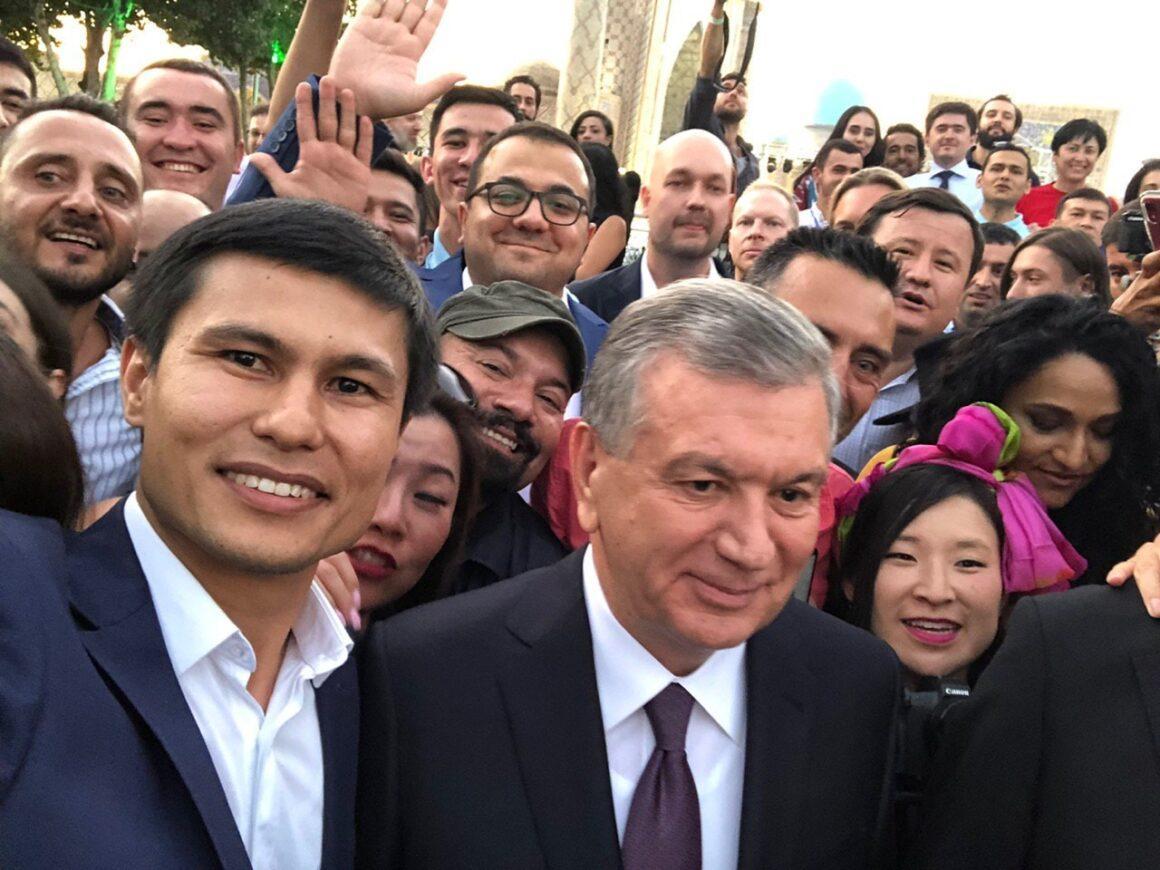 Usbekistans Präsident Shavkat Mirziyoyev unter JournalistInnen und BloggerInnen im August 2019