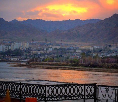 ptadschikistan Khujand berge Sonnenuntergang