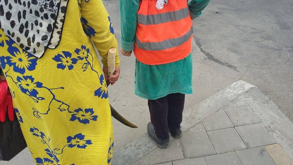 Straßenarbeiterinnen am Straßenrand in Duschanbe Tadschikistan