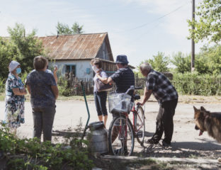 Bewohner und Bewohnerinnen des Dorfes Kalachi. Sommer 2020